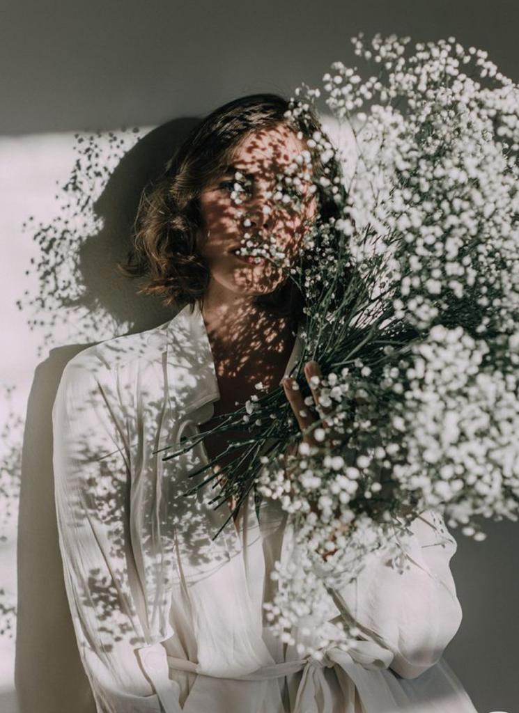 Mulher com flores no rosto